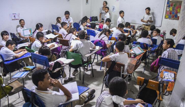 """Unos 40 estudiantes de bachillerato reciben clases en un """"estrecho salón con poca luz y ventilación""""."""