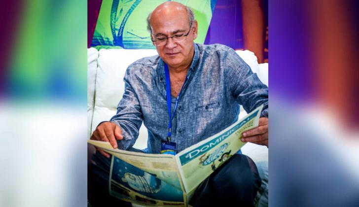 Chamorro ojea el suplemento cultural de EL HERALDO, en Cartagena.
