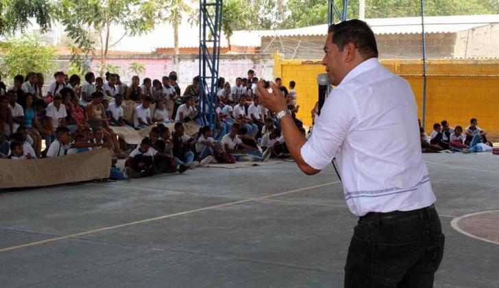El alcalde Efraín Bello, durante su intervención.