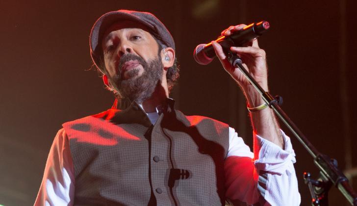 El cantante dominicano ha vendido más de 70 millones de discos, y ha ganado numerosos premios, incluyendo 18 Grammy Latinos, dos Grammy norteamericanos y dos Premios Latin Billboard.