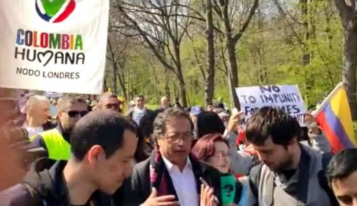 Gustavo Petro y manifestantes marchan a la CPI.