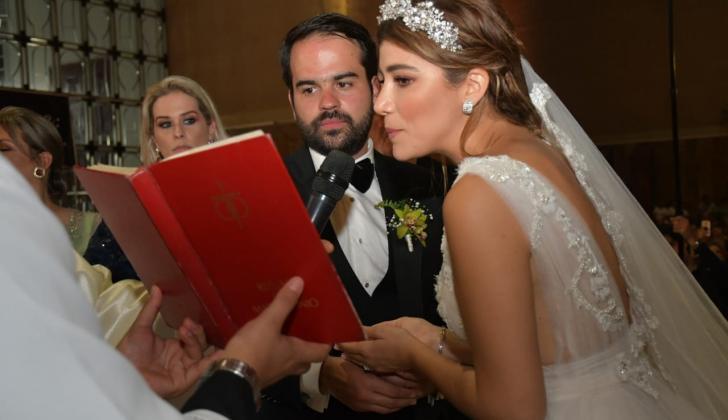 Andrea y Felipe en plena realización de la boda.