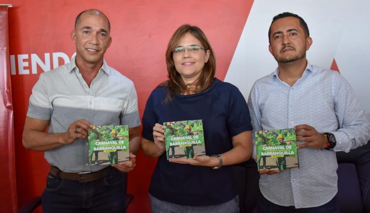 Lázaro Cotes, María Teresa Fernández e Iván Movilla mostrando la cartilla en la rueda de prensa.
