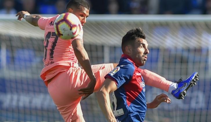 Jeison Murillo disputando el balón con un defensor del Huesca.