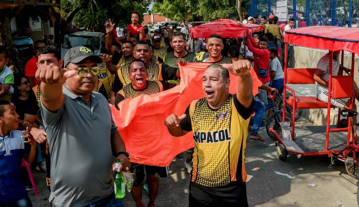 Al final de la final de veteranos, el Club Deportivo Las Naranjas dio una vuelta olímpica para celebrar junto a su fanaticada.