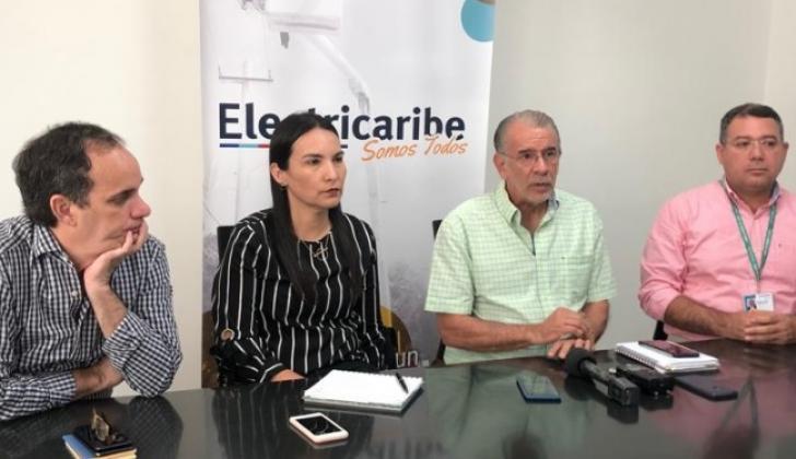El gobernador Eduardo Verano y el secretario del Interior. Guillermo Polo, con los funcionarios de Electricaribe.