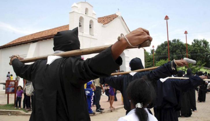 En Valencia de Jesús se conservan las tradiciones y rituales religiosos durante la Semana Santa. Los penitentes de la Hermandad de Los Nazarenos es una de las procesiones que se cumplen a mediodía del jueves Santo.