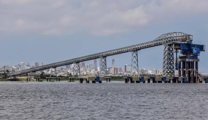 Panorámica de uno de los muelles de la zona portuaria de Barranquilla.