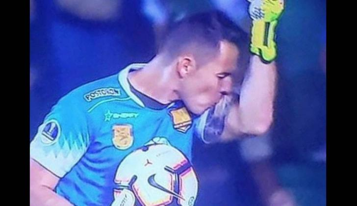 Después de anotar el gol, el portero le dedicó el gol a su esposa.