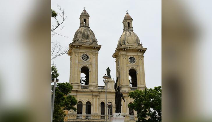 La pintura de los torreones de la iglesia de San José luce desgastada, igual que gran parte de la fachada.