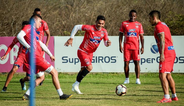 Teófilo Gutiérrez persigue el balón ante la mirada de Rangel, Pico e Iván Rivas.