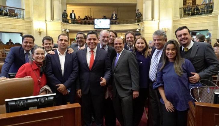 El gobernador Verano con un grupo de representantes.