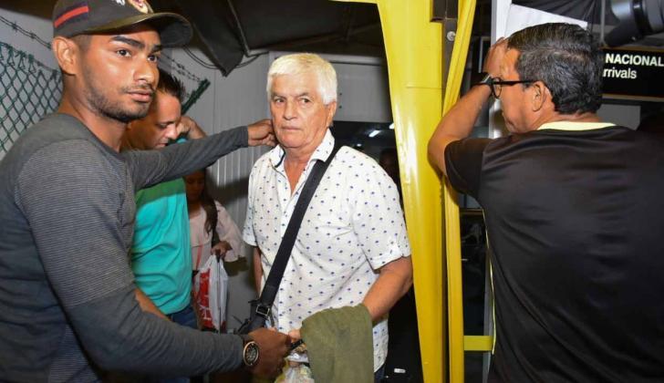 Comesaña se tomó fotos con los hinchas a su llegada anoche a Barranquilla.