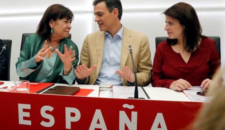 El presidente del Gobierno y secretario general del PSOE, Pedro Sánchez, junto a la presidenta del partido, Cristina Narbona, y la vicesecretaria general, Adriana Lastra, durante la reunión celebrada este lunes.