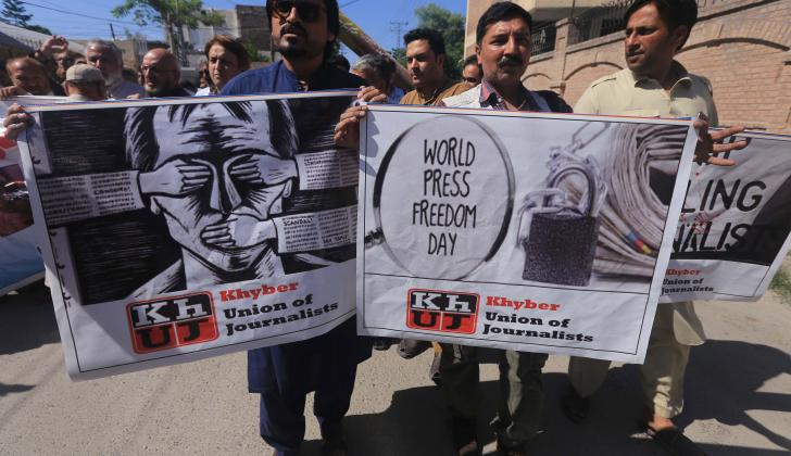 Periodistas y fotógrafos de Pakistán participan en una ceremonia en memoria de sus compañeros fallecidos durante el ejercicio de su profesión. El acto, a propósito del Día Mundial de la Libertad de Prensa.