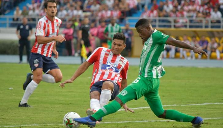 Teófilo Gutiérrez disputando la pelota con su rival en el estadio Metropolitano.