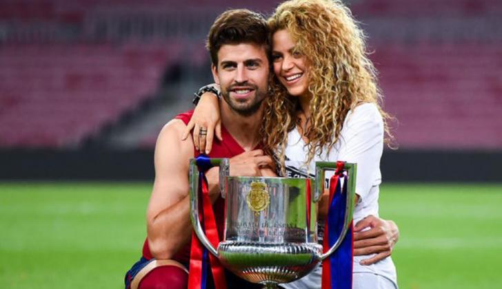 Shakira junto a Piqué y el título de la Liga de España.