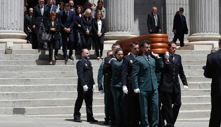 Pilar Goya, esposa del fallecido Alfredo Pérez Rucalcaba junto al presidente del Gobierno, Pedro Sánchez, y la del Congreso, Ana Pastor, entre otros, encabezaron las honras fúnebres.