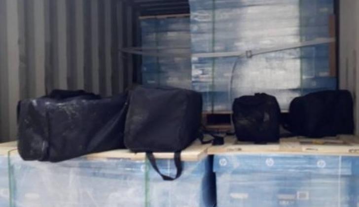 Agentes de aduanas encontraron 364 kilogramos abandonados en contenedores de frigoríficos.