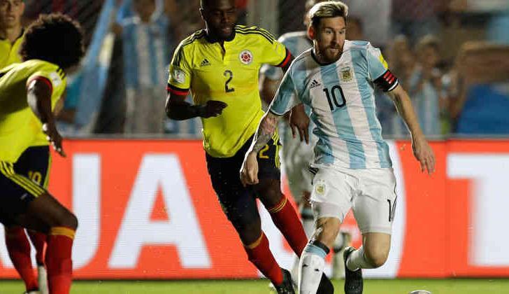 Lionel Messi rodeado de jugadores de la Selección Colombia.
