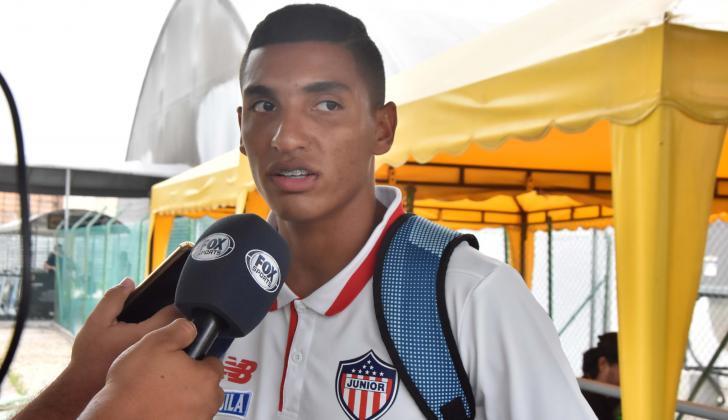 Gabriel Fuentes atendiendo a los medios de comunicación en el aeropuerto