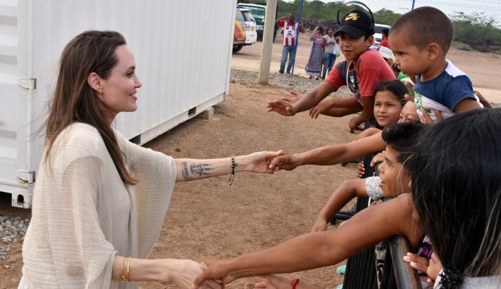 La actriz estadounidense Angelina Jolie saluda a migrantes venezolanos que viven en el Centro de Asistencia Integrada en Maicao.