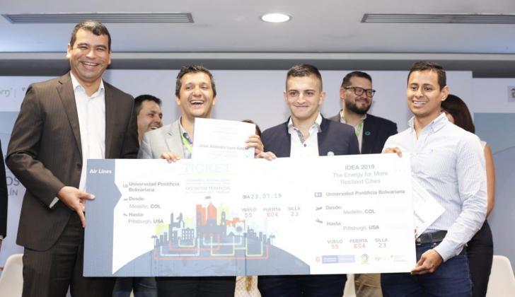Los miembros del grupo de investigación de la Universidad Pontificia Bolivariana de Medellín, ganadores del Primer Concurso Universitario de Distritos Térmicos.