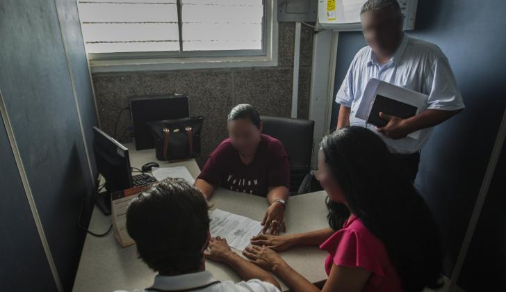 Esteban junto a su tía Margarita y el abogado, durante la conciliación en la Casa de Justicia del barrio La Paz, en el suroccidente.