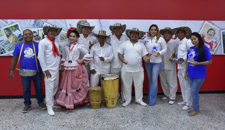 Decimeros de Soledad junto a la secretaria de Cultura, Katyna Pugliese, en su visita a EL HERALDO.