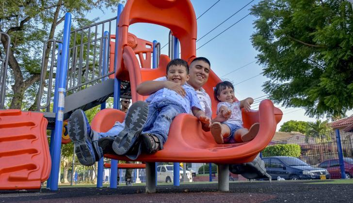 José Rendón se desliza en uno de los juegos, acompañado de sus hijos mellos, Gerónimo e Isabela.