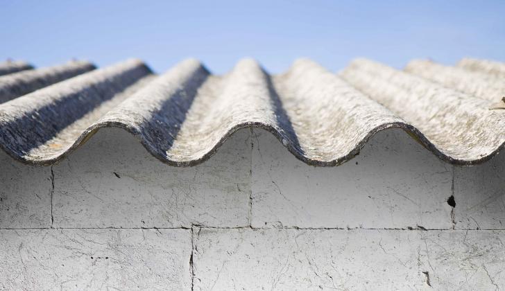 Tejas onduladas que son usadas en casas y centros educativos.