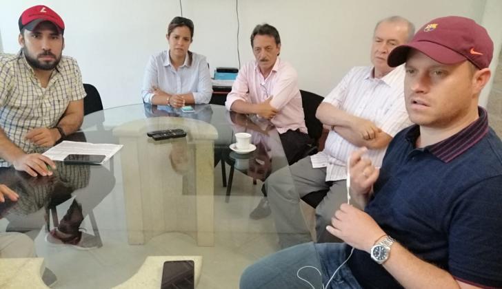 En primer plano el aspirante a la Gobernación de Sucre Héctor Olimpo Espinosa Oliver.