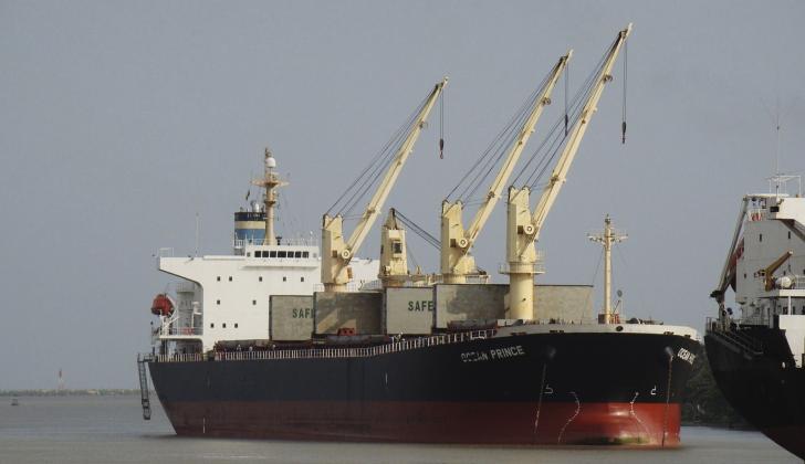 Una embarcación navega por el canal de acceso al Puerto de Barranquilla.