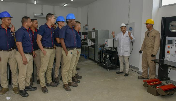 Un grupo de aprendices durante una clase de electrónica en la nueva sede.