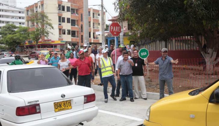 El alcalde Char da paso a los carros por la vía-canal.