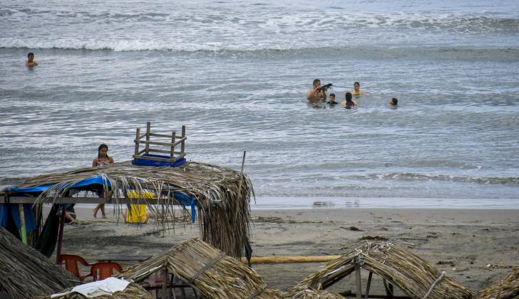 Bañistas disfrutan del mar en una de las playas, ubicada en la zona costera del departamento.