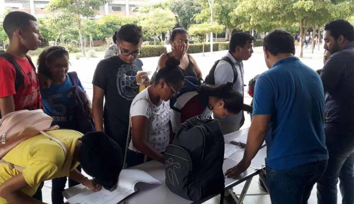 Estudiantes firman para remover al rector de la UA.