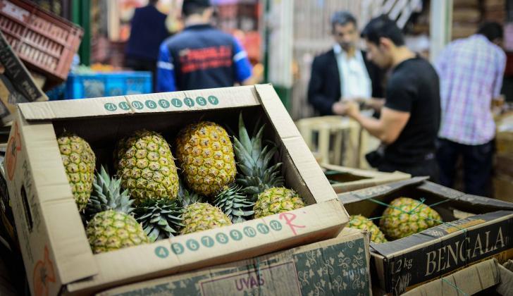 Caja de piña a la venta en un mercado colombiano.