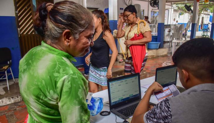 Una ciudadana inscribe su cédula en la IE San Luis.