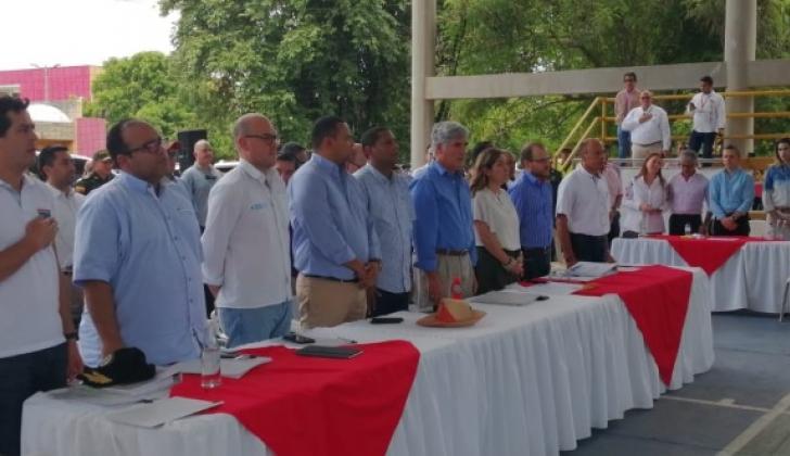 El ministro de Salud, Juan Pablo Uribe, y la de Minas, María Fernanda Suárez, en la mesa principal.