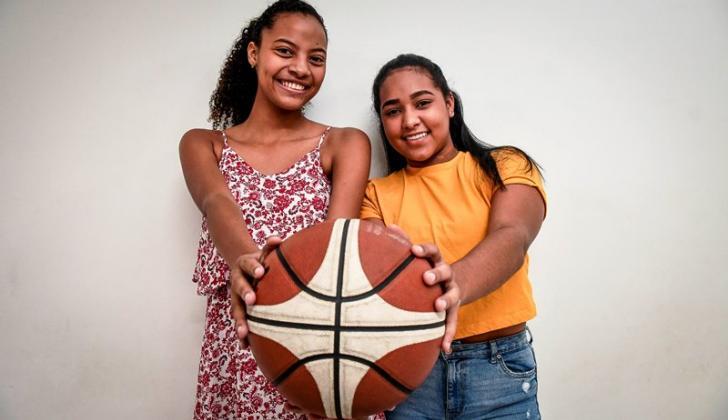 Las basquetbolistas barranquilleras Laura González y Jaidy Mejía.