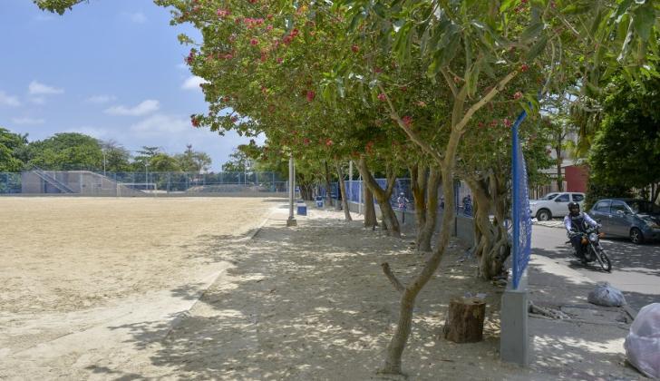 Vista de uno de los espacios de la cancha de arena de los alrededores del Jardín Botánico.