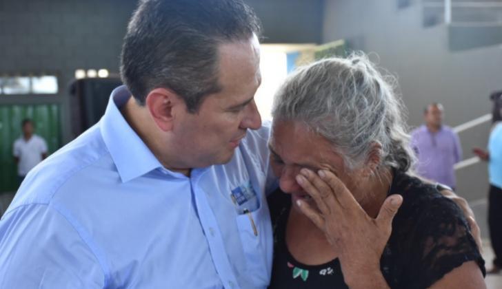 El director de la Unidad de Víctimas, Ramón Rodríguez, abraza a una de las beneficiarias de la reparación.