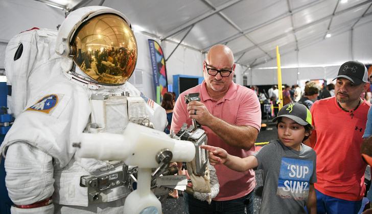 Cientos de personas asistieron ayer a una exhibición de trajes espaciales durante la celebración del 50 aniversario del Apolo 11 en el Space Center Houston .