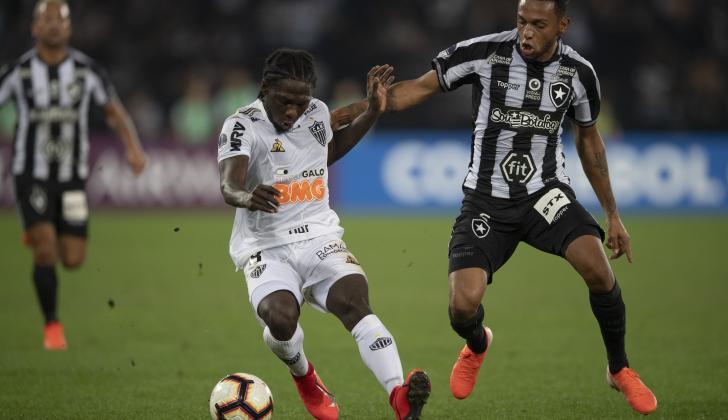 El colombiano Yimmi Chará vistiendo la camiseta de Atlético Mineiro.