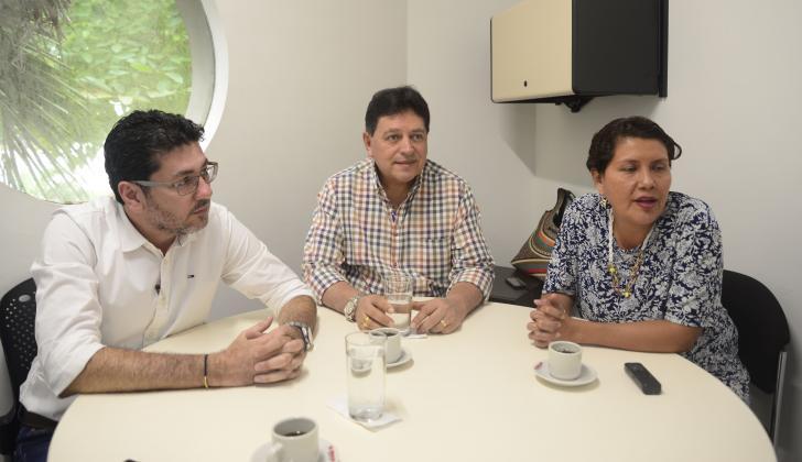 De izq a der: Óscar Hernández, abogado; Erwin Rodríguez, presidente del comité cívico Villa Campestre,  y Yanid Trujillo, veedora de Villa Campestre.