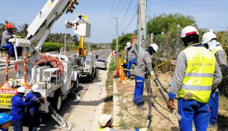 Operarios de Electricaribe en las labores de restablecimiento del servicio.