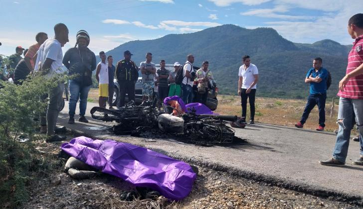 Personas rodean los cadáveres de los operarios.