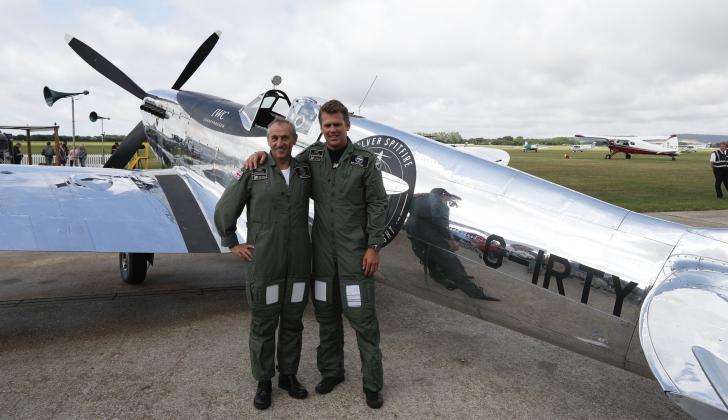 Los aviadores británicos Steve Brooks y Matt Jones antes de despegar.