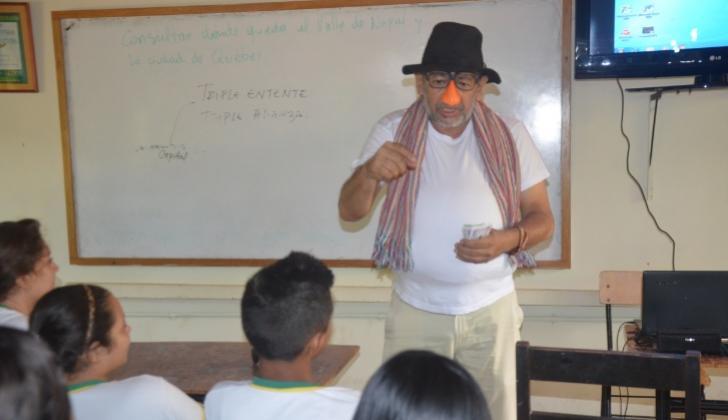 Ciro Iriarte Coley en su parodia de Don Corrupto en plena clase en la Institución Educativa de Galeras.
